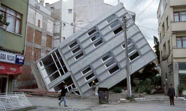 Gebäudeschaden durch Bodenverflüssigung<br />bei einem Erdbeben in Japan