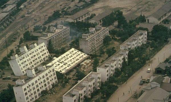 Gebäudeschaden durch Bodenverflüssigung<br />beim Niigata Erdbeben 1964 in Japan